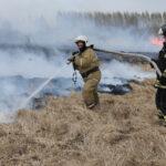 Ярковские коммунальщики тушат пожары