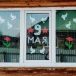 Жители Тюменской области украшают свои окна символами Победы