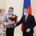 В Тюмени наградили многодетных родителей Михаила и Людмилу Паршуковых